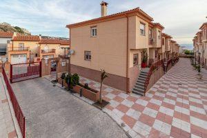 Unifamiliar de 3 dormitorios, 2 baños, aseo y zonas comunes en residencial con piscina